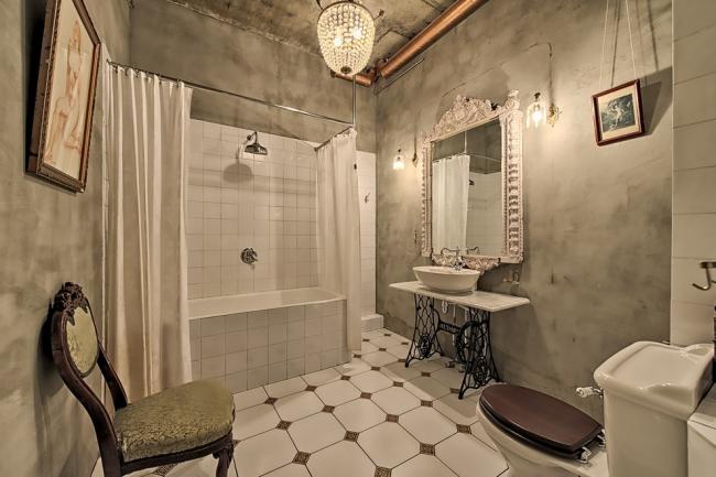 Murs de béton dans une salle de bain spacieuse