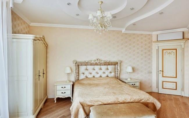 La plaque de plâtre peut être utilisée pour faire un plafond pour une chambre dans absolument n'importe quel style.