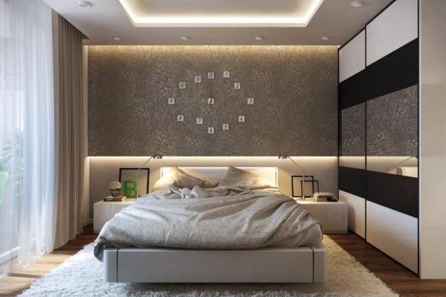 Un tel plafond sera un cadre exquis pour une chambre à coucher moderne.