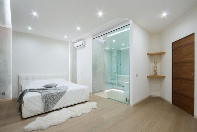 Un simple plafond en placoplâtre blanc rendra la pièce visuellement plus lumineuse.