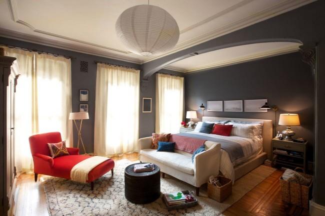 Plafond élégant à un niveau dans la chambre dans un style moderne