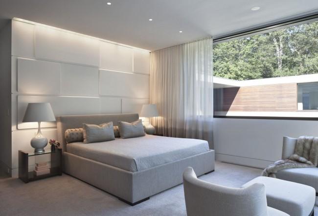 Le style et la sophistication sont l'absence de détails inutiles.  Un plafond à un seul niveau est idéal pour créer un tel intérieur.