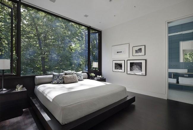Un plafond laconique à un niveau est parfait pour le style de minimalisme à l'intérieur