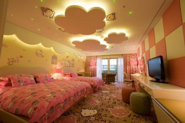 Plafond jaune chaud dans la chambre des enfants