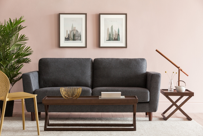 Le cadre en bois du canapé assure sa durabilité.  De plus, certaines de ses parties en forme de pieds peuvent être harmonieusement combinées avec d'autres meubles de la pièce - chaises et tables.