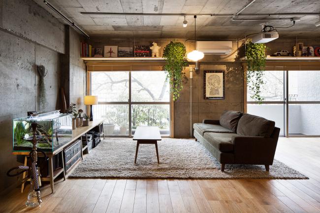 Canapé noir dans un intérieur style loft