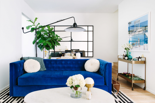 Pour les modèles lumineux de meubles italiens, un revêtement en velours est utilisé.  C'est elle qui donne aux canapés un charme particulier et le ton parfait.