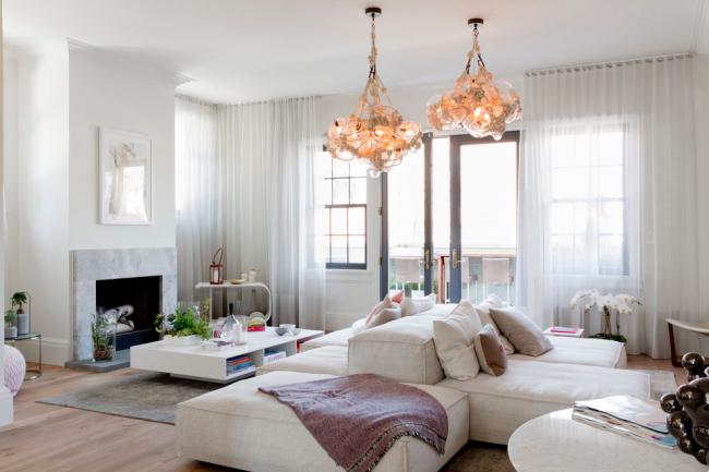 Un canapé modulable est la meilleure solution pour le salon des créatifs.  Il peut être complété indéfiniment et vous pouvez choisir absolument n'importe quelle forme