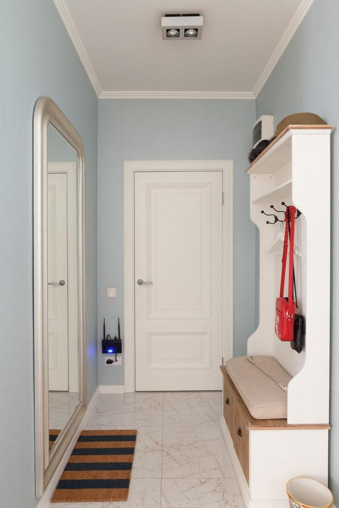 meubles à l'intérieur d'un petit couloir