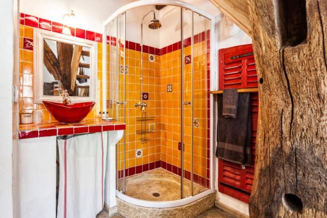 Saveur sud-américaine d'une salle de bain jaune-rouge vif
