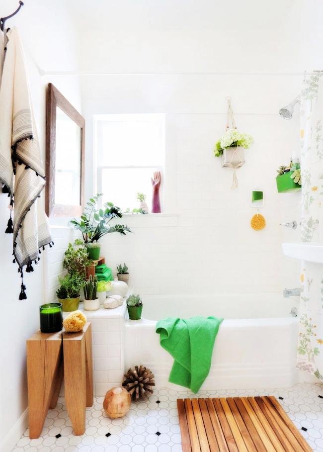 Petite salle de bain animée par les couleurs de la maison