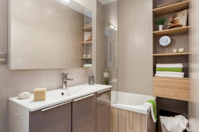 Conception d'une petite salle de bain dans les tons beiges