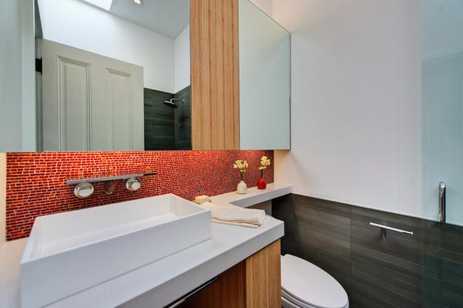 Mosaïque rouge dans la conception du tablier de salle de bain