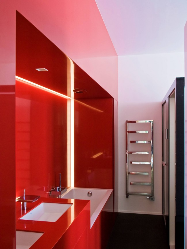 Porte-serviettes chauffant étroit bien adapté à l'espace libre sur le mur
