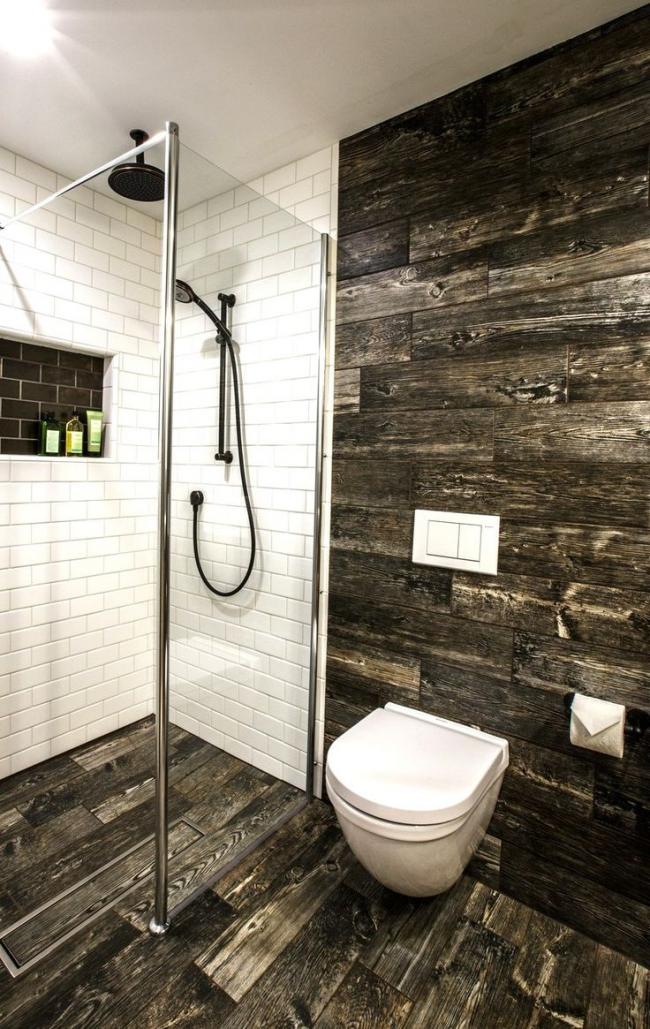 Une belle combinaison de bois et de carreaux de céramique dans la conception du local sanitaire