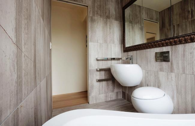 Si vous combinez des toilettes et une salle de bain, vous pouvez augmenter considérablement la surface utilisable.