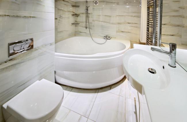 La baignoire d'angle en acrylique s'intégrera parfaitement dans le design d'une petite salle de bain