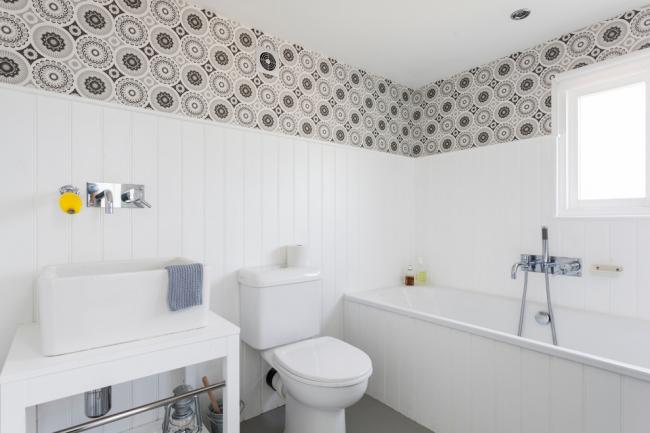 Finition d'une petite salle de bain avec des panneaux en plastique