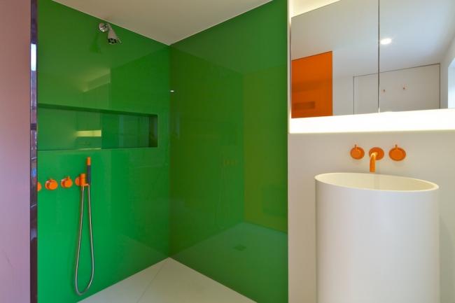 Les surfaces brillantes dans la décoration intérieure aideront la pièce à la rendre visuellement plus grande
