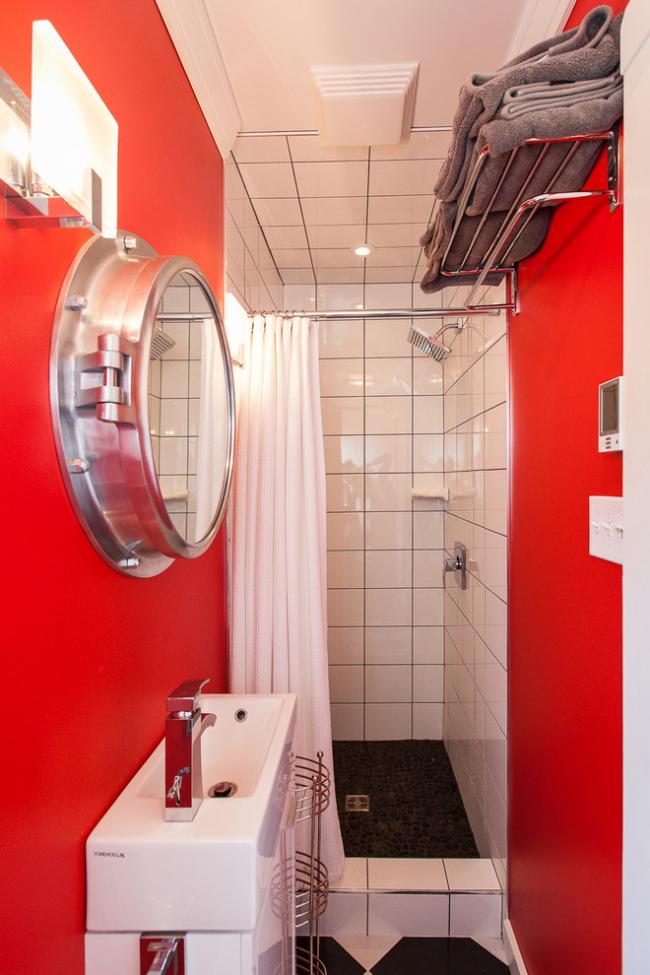 Rouge dans la conception d'une salle de bain étroite