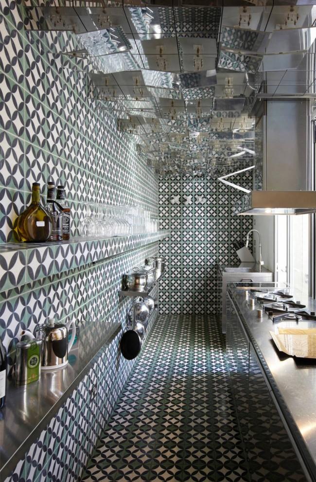 Petit motif de carreaux de céramique et plafond en miroir dans une petite cuisine étroite