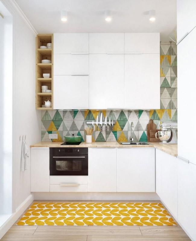 Dans une petite cuisine, il est possible de placer un grand nombre d'armoires sans compromettre la surface des surfaces de travail, en faisant certaines d'entre elles du sol au plafond
