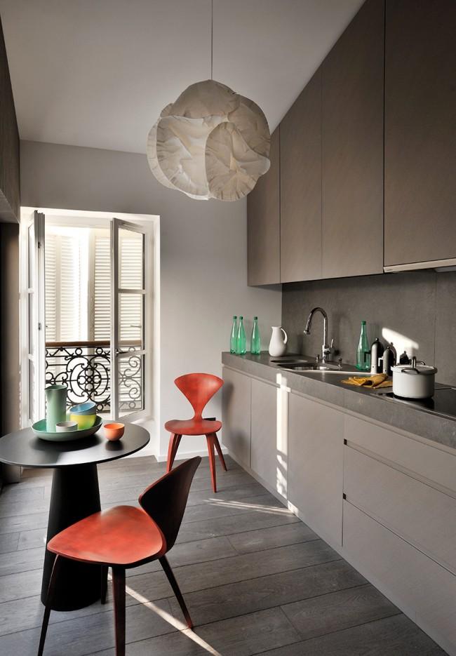 La disposition des meubles en une seule ligne sera la meilleure solution pour une petite cuisine.  Il est donc tout à fait possible d'aménager une table ronde pour deux pour le petit déjeuner