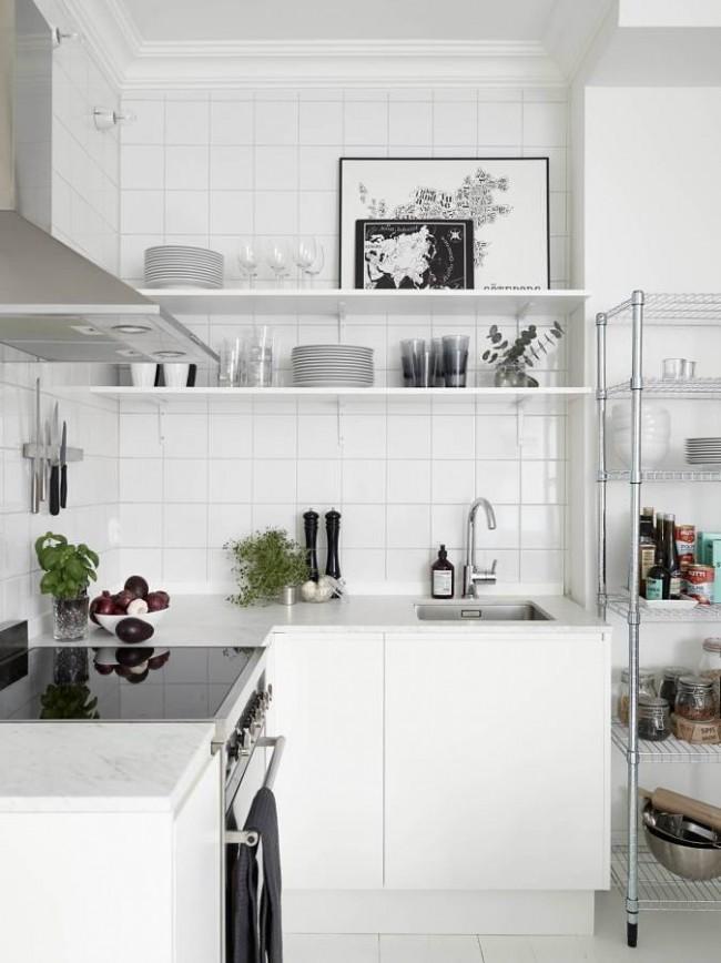 Une cuisine moderne ne nécessite pas un grand nombre d'armoires, juste quelques étagères au mur et des étagères ouvertes pour les grands plats
