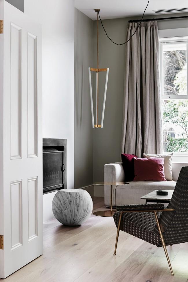 Rideaux solides à l'intérieur d'un salon moderne