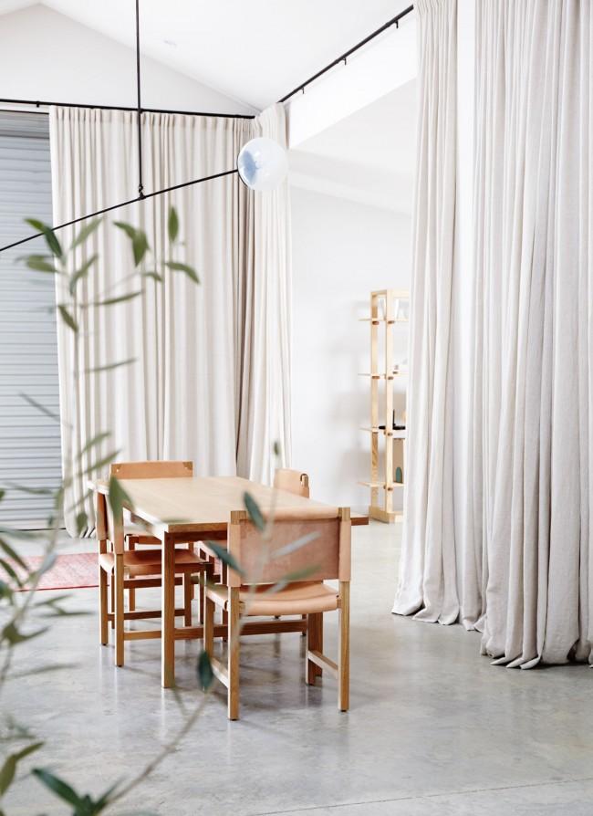Les rideaux en ivoire s'intégreront parfaitement dans le design du style minimalisme