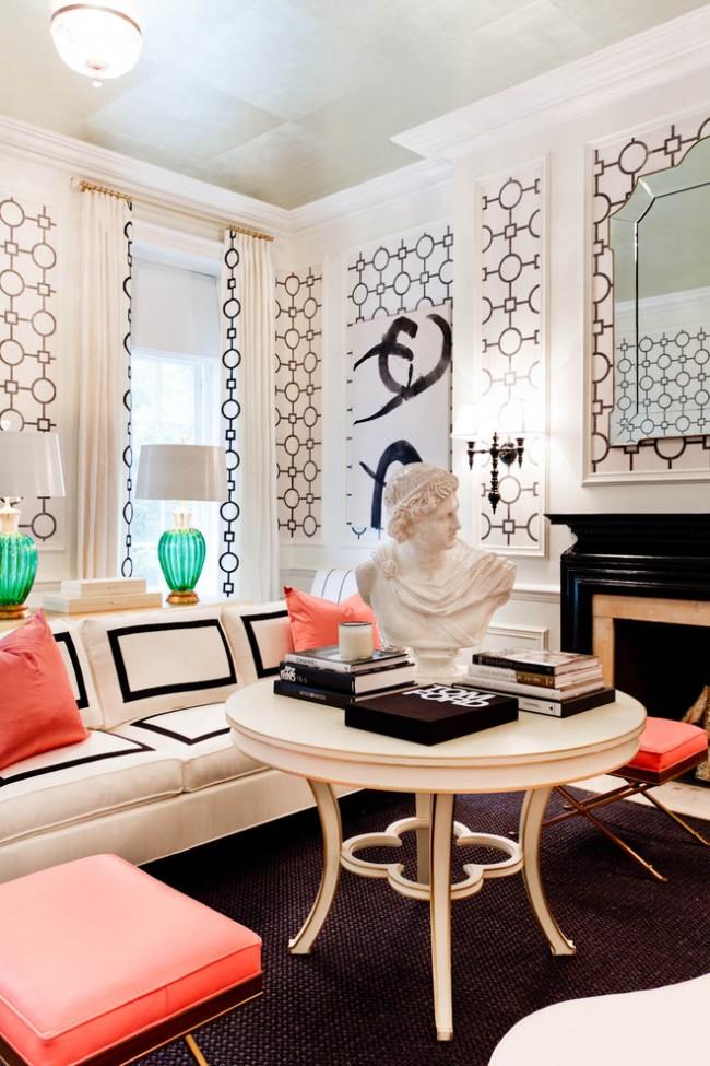 La même impression de rideaux et de murs à l'intérieur du salon
