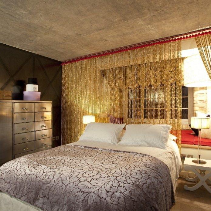 rideaux en fil d'or dans la chambre