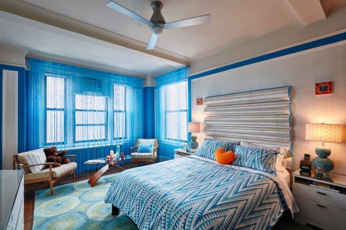 rideaux bleus avec fils dans la chambre