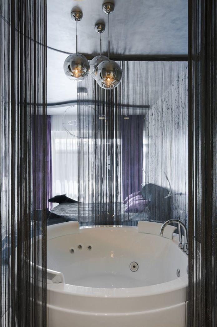 rideaux de fil noir dans la salle de bain