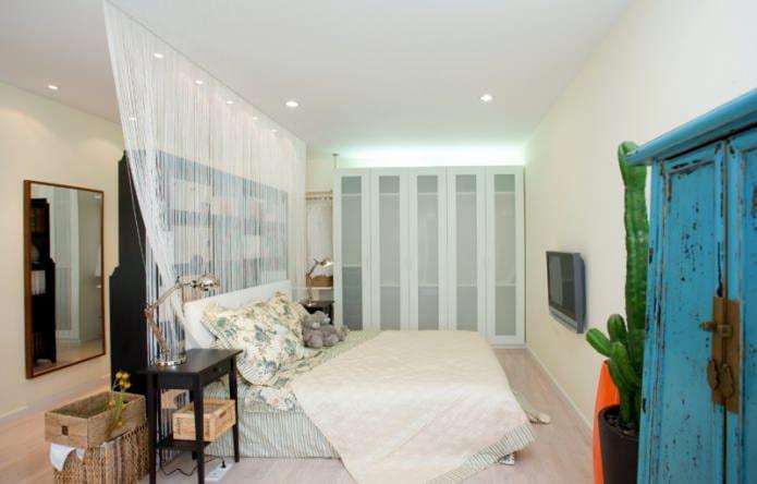 Chambre à coucher avec rideaux en filaments blancs