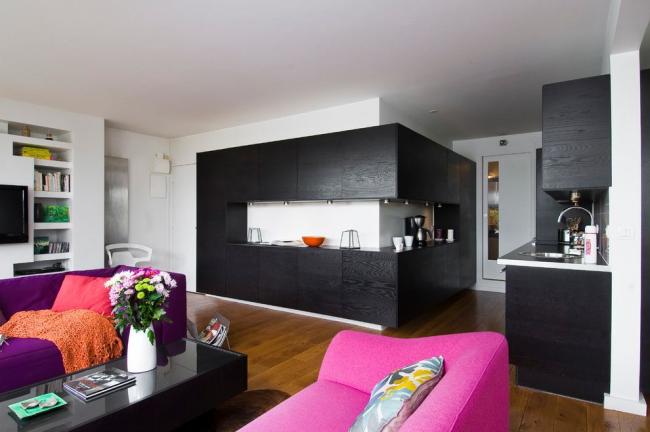 Canapés pliants lumineux dans la conception d'un appartement d'une pièce