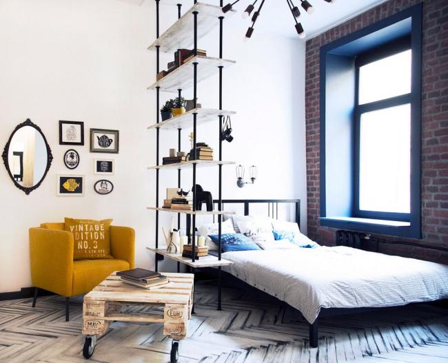 Chambre-salon d'un studio de style loft