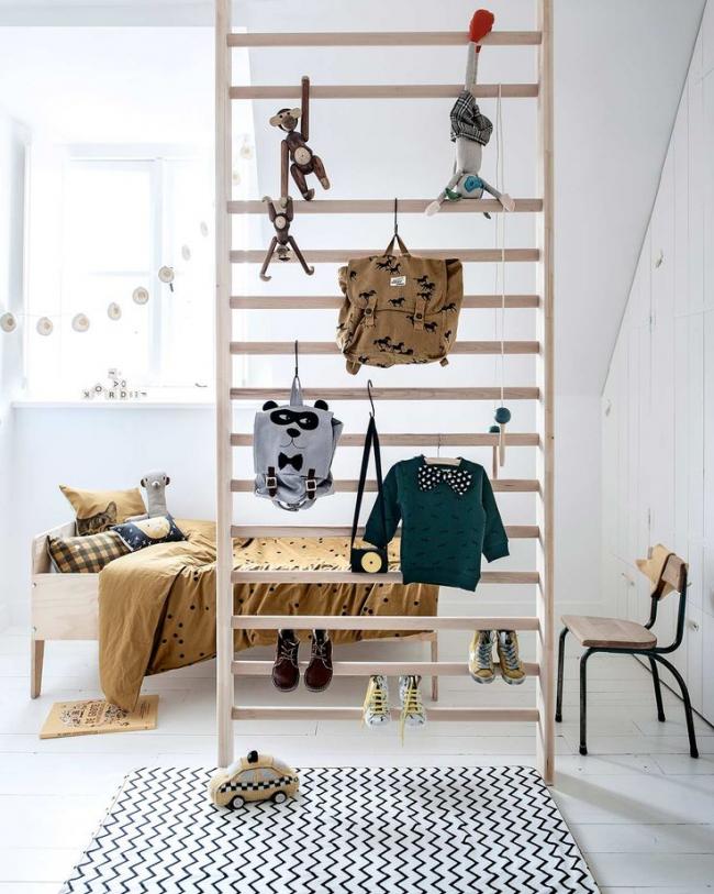 Si vous n'avez pas de plafonds très bas, vous pouvez créer un deuxième étage pour un endroit pour dormir.