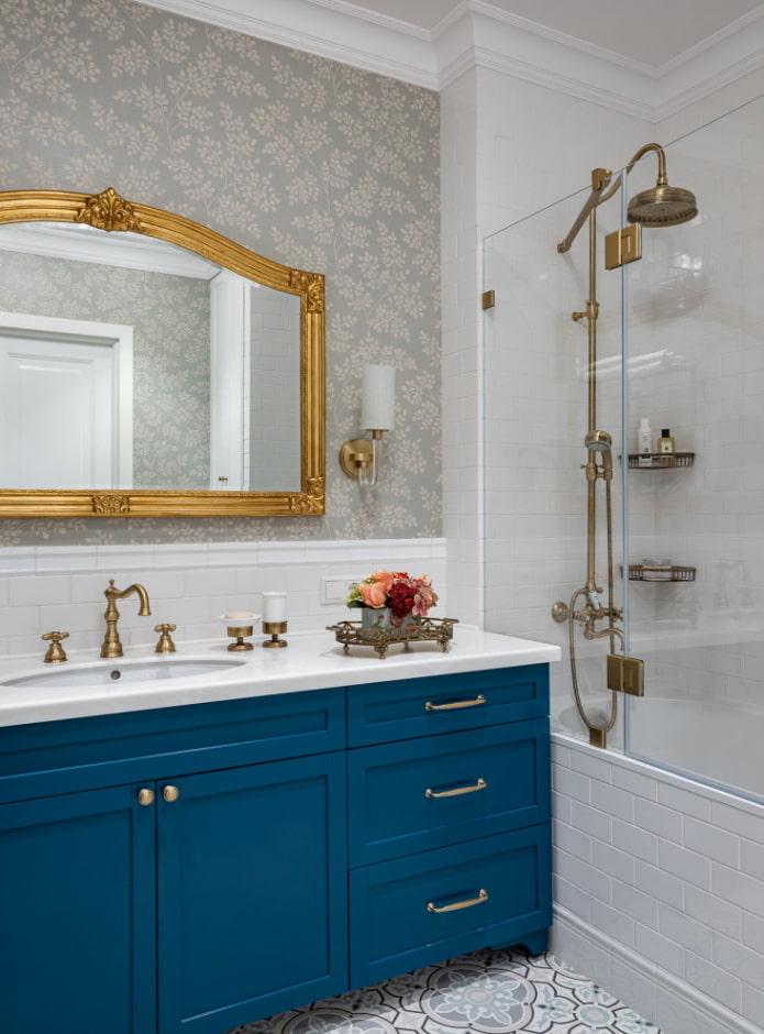 Papier peint gris dans la salle de bain