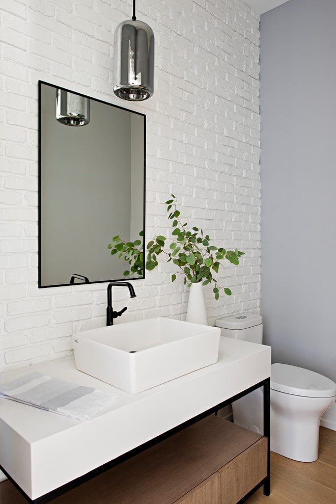 Brique blanche dans la salle de bain