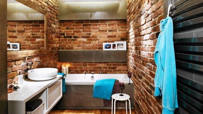 Murs de briques dans la salle de bain