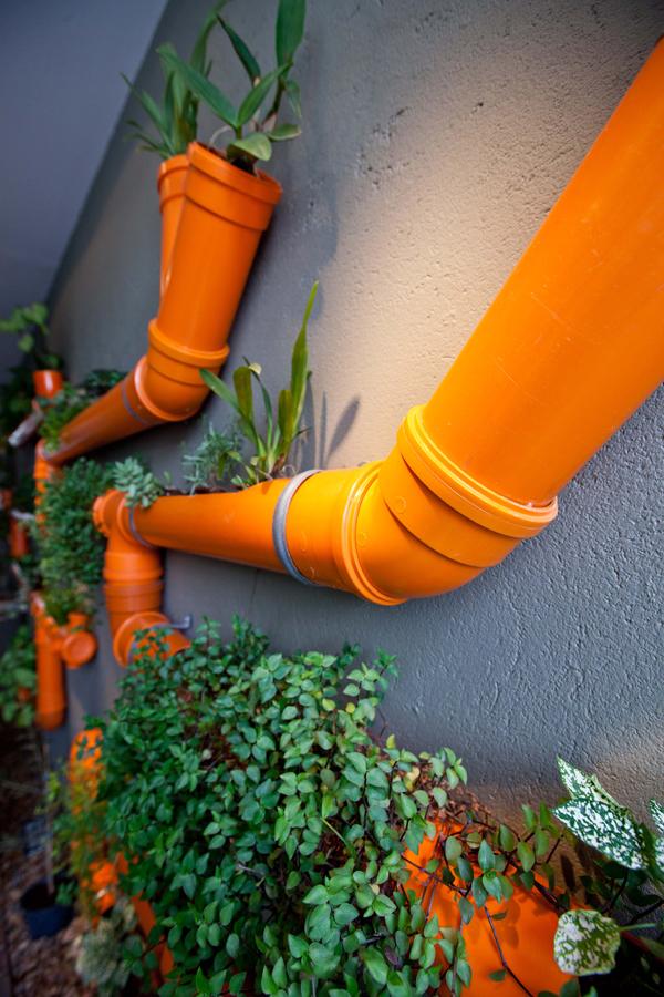 Pipes orange vif avec des plantes - une composition inhabituelle qui peut transformer l'intérieur
