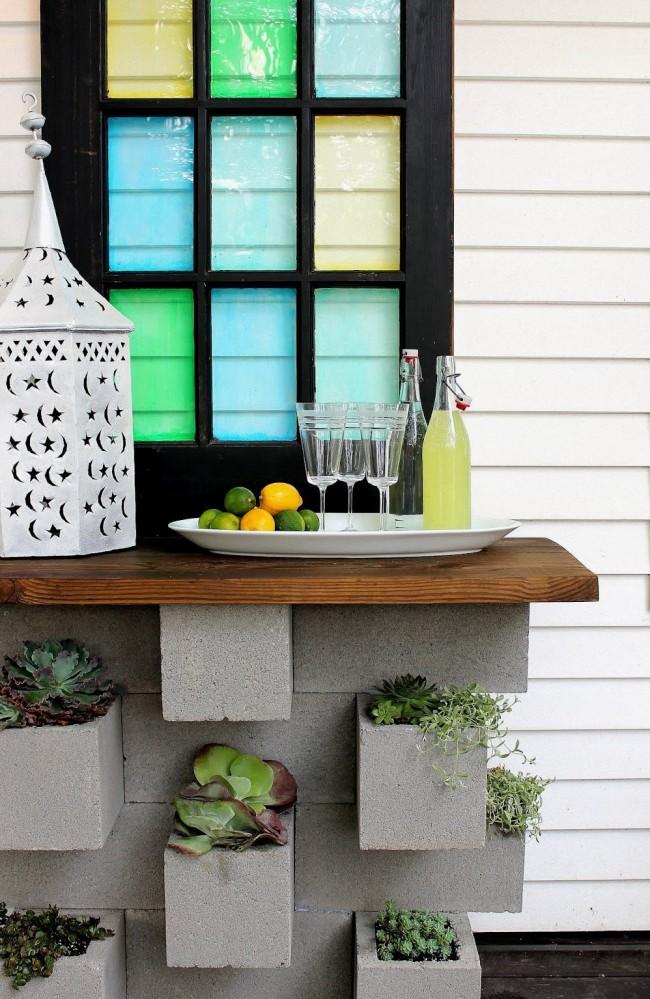 Une table de rue faite de blocs de béton utilisés comme pots de fleurs est un détail unique de la banlieue