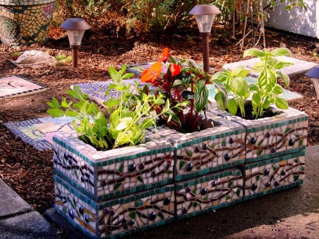 Les pots de fleurs en béton, de forme simple, peuvent être décorés de mosaïques