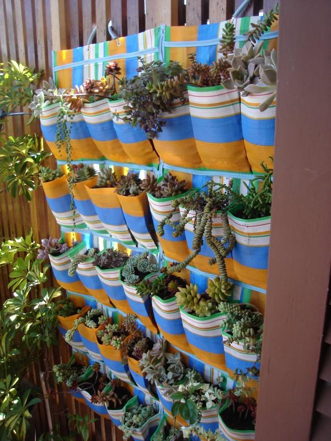 Des poches textiles rayées avec une variété de plantes peuvent être ajoutées à n'importe quel plan vertical