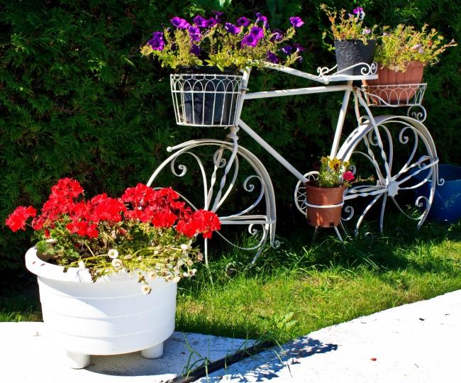 Accessoire de décoration de jardin forgé en forme de vélo avec paniers-pots de fleurs