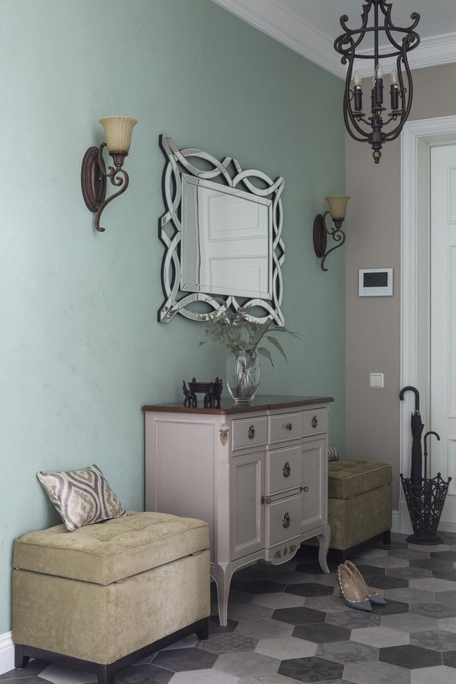 murs vert pâle dans le couloir
