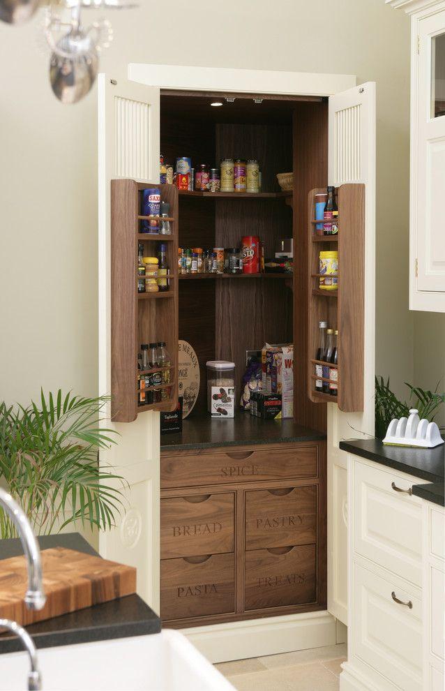 Garde-manger sous forme d'armoire dans la cuisine