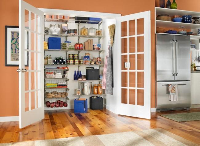 Niche dans la cuisine avec portes battantes