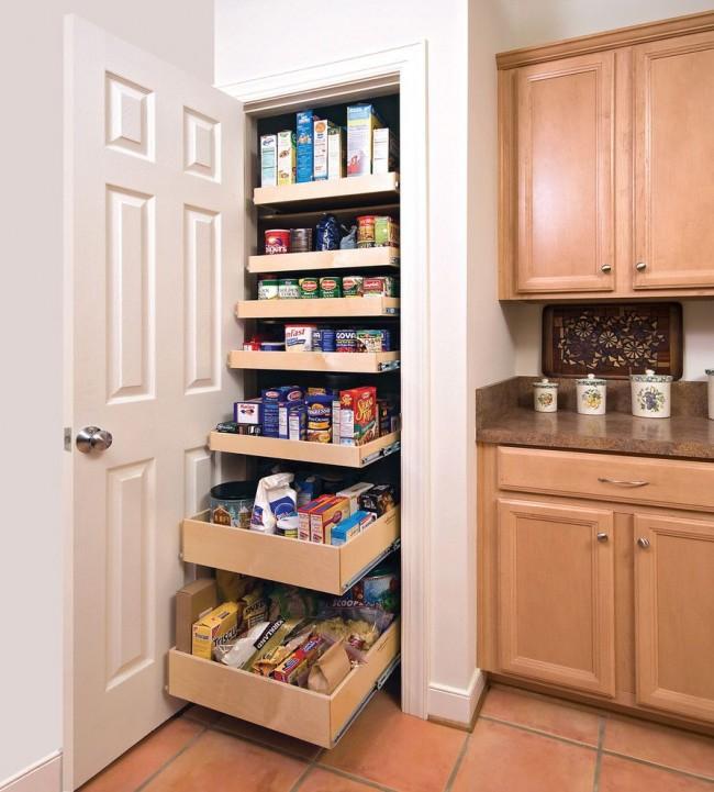 Le petit garde-manger peut être équipé d'étagères à tiroirs coulissantes